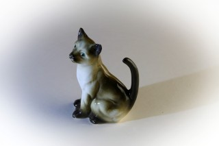 siamese-cat-in-porcelain
